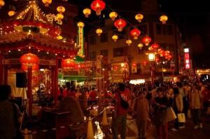 Fanfare se produisant dans le quartier chinois de Kobé